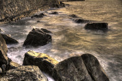 Vagues se cassant sur un littoral espagnol au coucher du soleil Photographie stock libre de droits