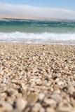 Vagues se cassant sur une plage de bardeau Images libres de droits