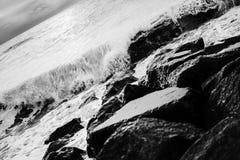 Vagues sur des roches Images stock