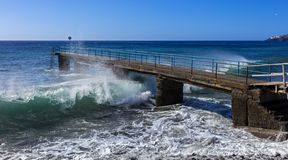 Vagues sur l'Océan Atlantique sur l'île de la Madère image libre de droits