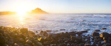 Vagues sur la côte de la ville de Donostia image libre de droits