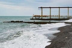 Vagues sur la mer et les pêcheurs Images stock