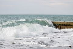 Vagues sur la mer près du croisement de jetée Image libre de droits