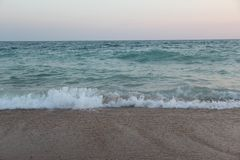 Vagues sur la plage au coucher du soleil Photo 16 images libres de droits