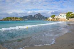 Vagues sur la plage d'orme de Sant Images libres de droits