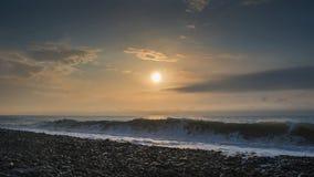 Vagues sur la plage rocheuse images libres de droits