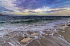 Vagues sur le bord de la mer rocheux, île de Kalymnos Photographie stock libre de droits