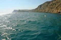 Vagues sur le paysage marin dans la lumière du soleil Photos stock
