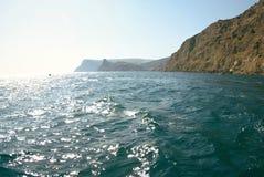 Vagues sur le paysage marin dans la lumière du soleil Images stock