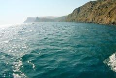 Vagues sur le paysage marin dans la lumière du soleil Photographie stock libre de droits