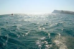 Vagues sur le paysage marin dans la lumière du soleil Photo libre de droits