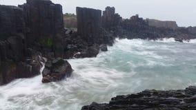 Vagues sur le paysage marin rêveur d'océan de roches banque de vidéos