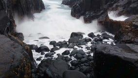 Vagues sur le paysage marin rêveur de roches banque de vidéos