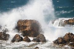 Vagues sur les roches Photo libre de droits