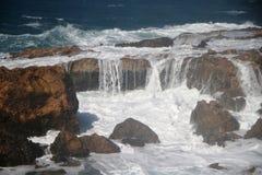 Vagues sur les roches Photos libres de droits