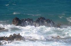 Vagues sur les roches Photographie stock libre de droits