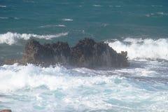 Vagues sur les roches Photos stock