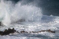 Vagues sur les roches Image libre de droits