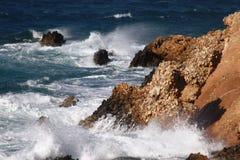 Vagues sur les roches Photo stock