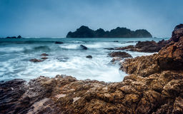 Vagues sur une plage au Nouvelle-Zélande Images stock