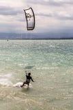 Vagues surfantes de Kiteboarder avec le kiteboard Image libre de droits
