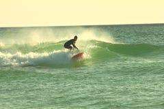 Vagues surfantes de la Floride de plage de Panamá City accrochant dix image stock