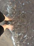Vagues touchant les pieds de moi image stock