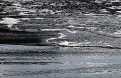 Vagues venant dans le littoral image libre de droits