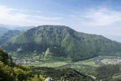 Vah River Valley con i villaggi di Kralovany e di Stankovany e la collina di Kopa qui sopra in Slovacchia Fotografia Stock