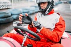 Vai-kart o motorista no capacete na trilha karting da velocidade fotos de stock royalty free