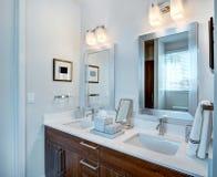 Vaidade dupla e espelhos do banheiro fotografia de stock royalty free