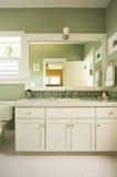 Vaidade e espelho do banheiro fotografia de stock