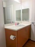 Vaidade simples do banheiro com espelhos e dissipador imagens de stock royalty free
