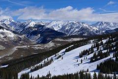 Vail, χιονοδρομικό κέντρο του Κολοράντο το χειμώνα με τα χιονισμένα δύσκολα βουνά στοκ εικόνες