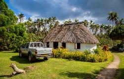Vailala, Wallis e Futuna Uma casa de campo rural típica em Wallis assemelha-se ao fale polinésio tradicional do telhado cobrido c imagens de stock