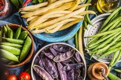 Vainas coloridas del guisante y de haba en los cuencos, visión superior, cierre para arriba Alimento vegetariano sano foto de archivo libre de regalías