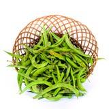 Vainas de habas verdes en cesta Imagenes de archivo