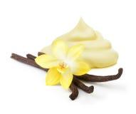 Vainas de la vainilla, flor de la orquídea y crema Imagenes de archivo