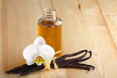 Vainas, flor y botella de la vainilla Imágenes de archivo libres de regalías