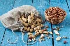 Vainas y cacahuetes de los granos fotografía de archivo