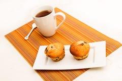 Vainilla con los molletes de los microprocesadores de chocolate con una taza de té Fotos de archivo libres de regalías