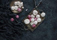 Vainilla hecha en casa y céfiro de la frambuesa, melcochas rosadas y blancas deliciosas Imágenes de archivo libres de regalías