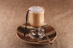 Vainilla Latte del café con la haba en vidrio alto fotografía de archivo libre de regalías