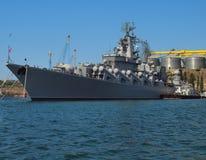 Vaisseau de guerre accouplé dans le port Photos libres de droits