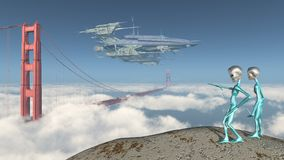 Vaisseau spatial énorme au-dessus de golden gate bridge à San Francisco et les étrangers curieux Image libre de droits