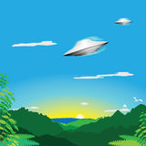 Vaisseau spatial étranger au-dessus de jungle Image stock