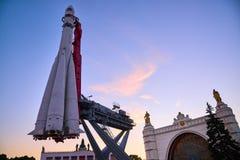 Vaisseau spatial de Vostok à l'arrière-plan du pavillon de l'espace à VDNH Photo stock