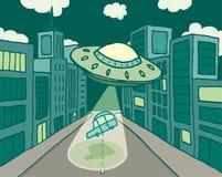 Vaisseau spatial ou UFO étranger enlevant une voiture dans la ville Photographie stock