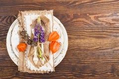 Vaisselle avec le Physalis et l'argenterie oranges Photo stock