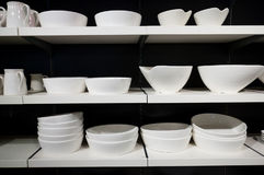 Vaisselle blanche sur des étagères Photographie stock